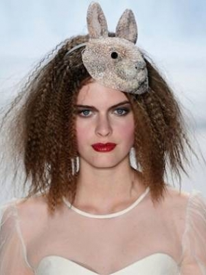 crimped-hairstyle-with-accessory